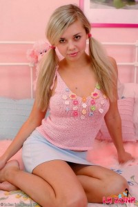 peek-at-18-year-old-blonde-latinas-petite-body (1)